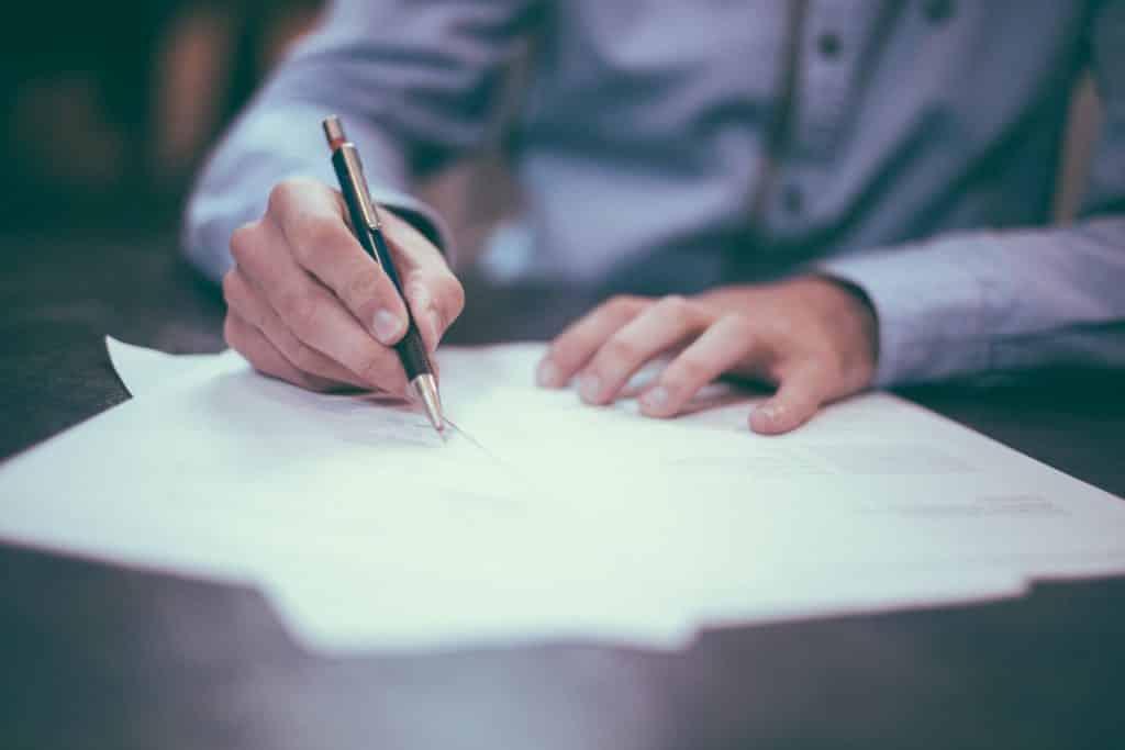 hombre firmando un préstamo